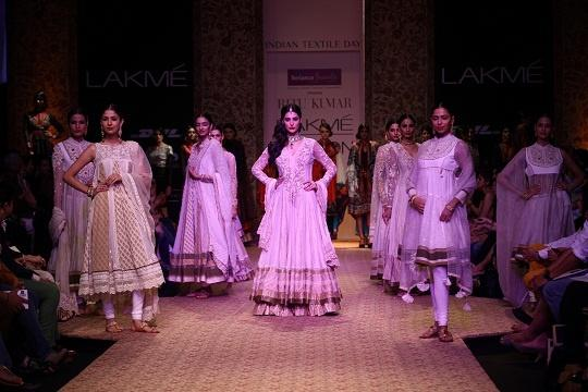 5f8c4908d11f41 Madras Cafe Babe Nargis Fakhri Goes Traditional For Ritu Kumar At LFW