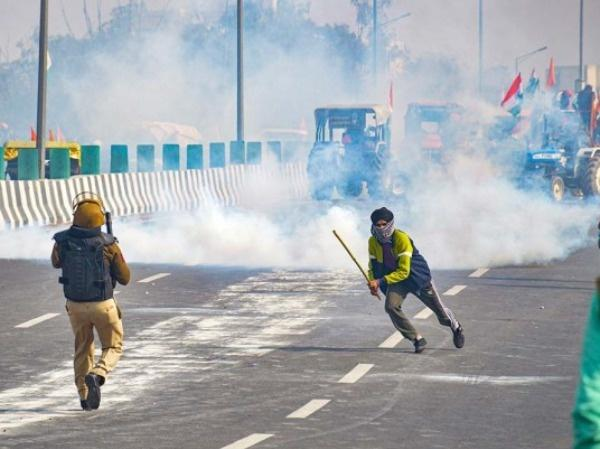 Police fires teargas shells as farmers attempt to march towards Delhi during the
